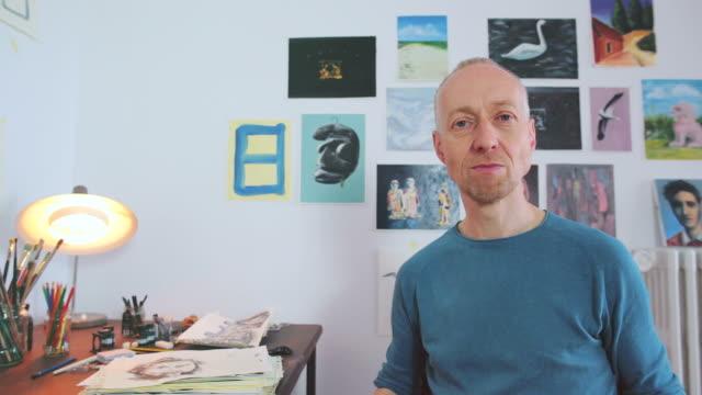 künstlerische porträt in die kamera schauend. - designberuf stock-videos und b-roll-filmmaterial