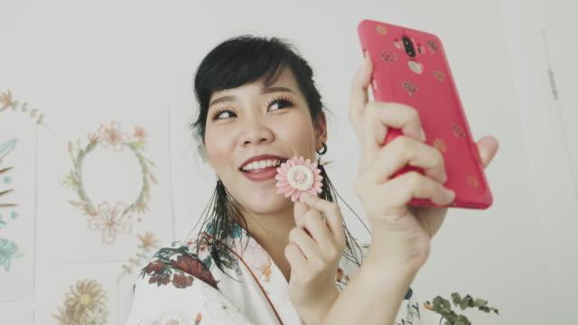 vidéos et rushes de artiste selfie son travail - bricolage