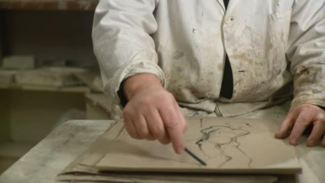 hd :アーティストのスタジオ描く - 製図板点の映像素材/bロール