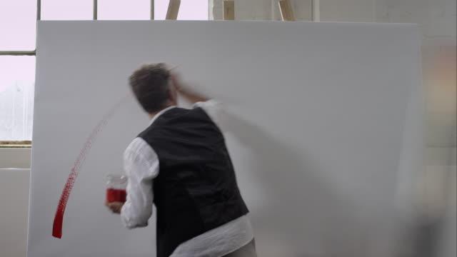avvio di un artista pittura su tela - tela di canapa video stock e b–roll