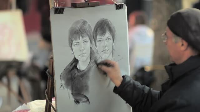 vídeos y material grabado en eventos de stock de cu artist working in place du tertre / paris, france - un solo hombre maduro