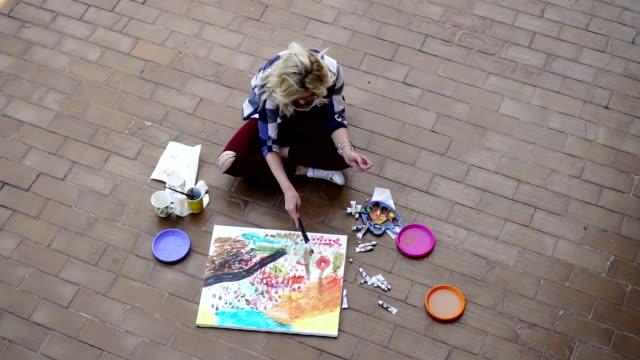 屋外で働くアーティスト-高角度 - 塗る点の映像素材/bロール