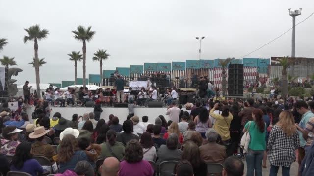 vídeos y material grabado en eventos de stock de artistas alemanes y mexicanos participaron de un concierto en la frontera de tijuana con estados unidos - ee.uu
