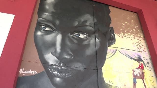 artistas y ninos dieron un toque moderno a la obra del artista frances jean-baptiste debret con grafitis que buscan crear conciencia sobre los... - moderno stock videos & royalty-free footage