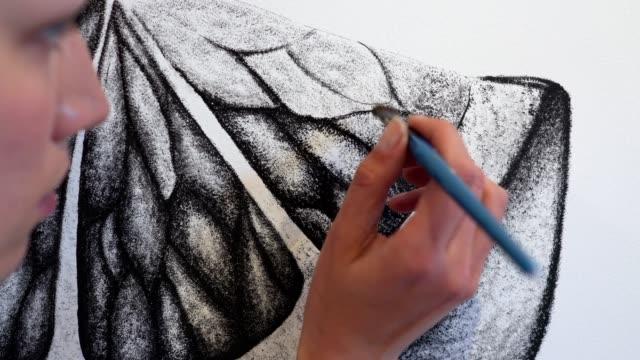 vídeos y material grabado en eventos de stock de chica artística pintando la pared en casa - dibujar
