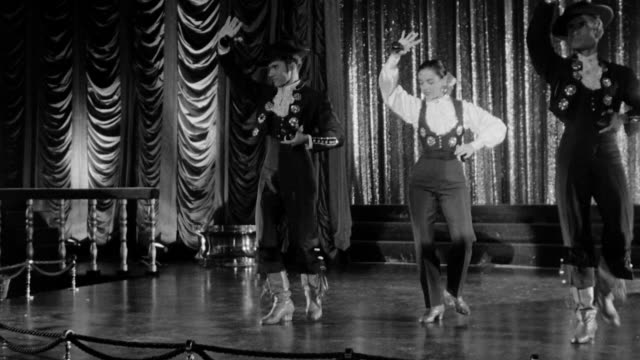 stockvideo's en b-roll-footage met artists dancing flamenco on stage two guys and a woman dancing flamenco people watching while they dance dramatization - flamencodansen