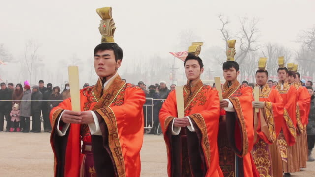 ms ts artists dressed in tang dynasty costumes and showing traditional ceremony during chinese spring festival audio / xi'an, shaanxi, china - imperium bildbanksvideor och videomaterial från bakom kulisserna