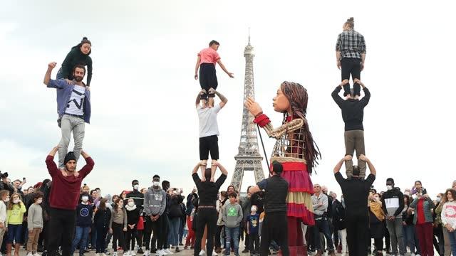 FRA: Giant Puppet Amal Meets The Parisians