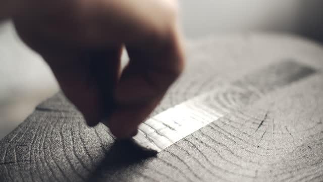 vídeos de stock e filmes b-roll de cu artist's hand working on a wood print - craft