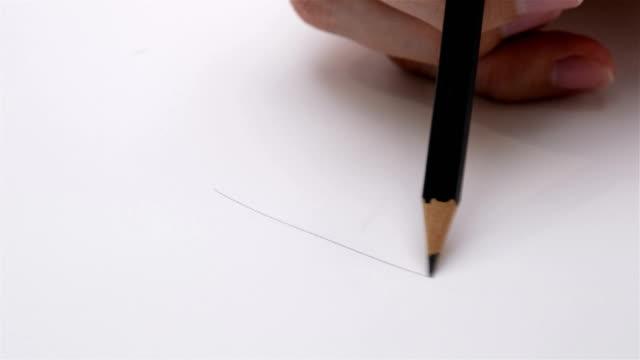 Kunstenaars handen houten potlood schrijft puttend uit papier schot