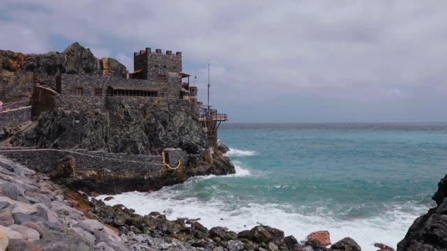 vidéos et rushes de repaire d'artistes et de bar «castillo del mar», ancien port pour le transport de bananes - iles canaries la gomera, dans la province de santa cruz de tenerife - espagne - mar