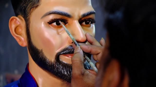 vídeos de stock, filmes e b-roll de artists in the eastern indian city of kolkata make a statue of india cricket captain virat kohli and replicas of the world cup trophy ahead of the... - campeonato esportivo