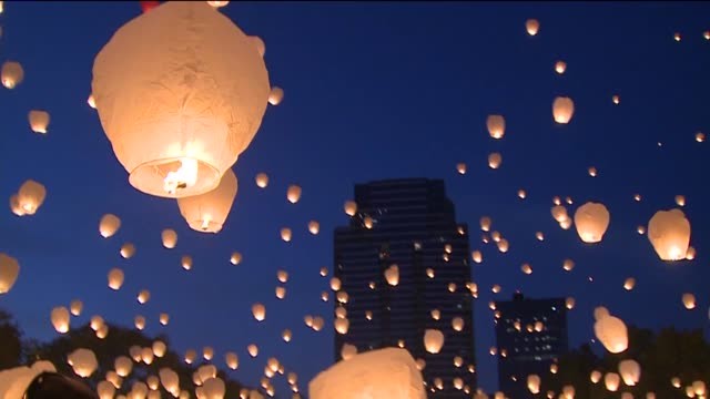 vidéos et rushes de artists mark carpenter and dan johnson hosted an event where thousands of participants released lit chinese lanterns into the night sky on october... - grand lit