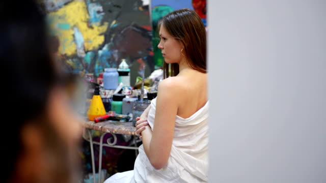 アーティストのモデルのポーズは、アートスタジオに - 人間の関節点の映像素材/bロール