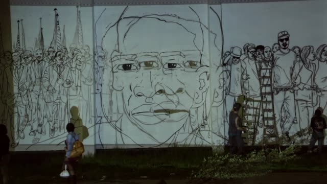 """vidéos et rushes de artists """"nether"""" and sarah sioux of baltimore work on a mural that includes a portrait of freddie gray in the sandtown neighborhood where he was... - baltimore"""