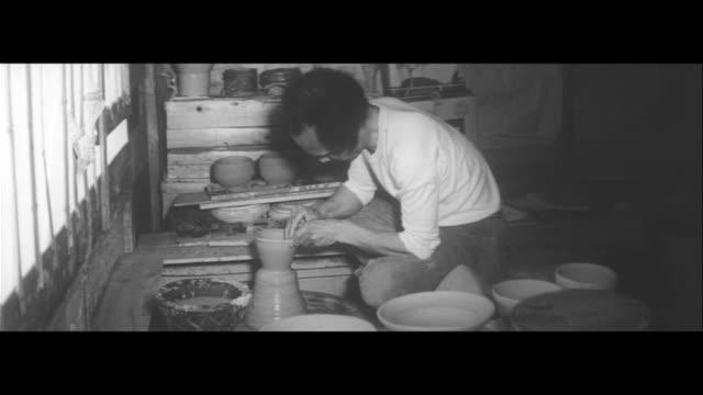 artists on the mountaintop/potter suketoshi matsuyama atop the mountain at toki his works fantastic piece to a university lecturer matsuyama digging... - tonkeramik stock-videos und b-roll-filmmaterial