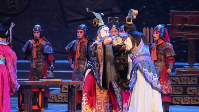 ms ts artists performing local chinese traditional qinqiang opera on stage audio / xi'an, shaanxi, china - hand an der hüfte stock-videos und b-roll-filmmaterial