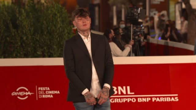 "arturo bruni arrives on the red carpet ahead of the ""cosa sara'"" screening during the 15th rome film fest on october 24, 2020 in rome, italy. - rome film festival点の映像素材/bロール"