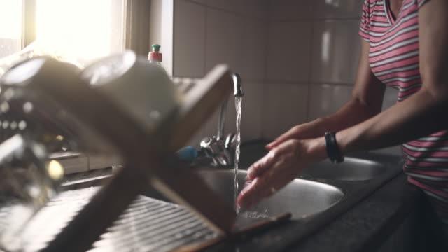 vídeos y material grabado en eventos de stock de tan limpias como las manos deben ser - agua del grifo