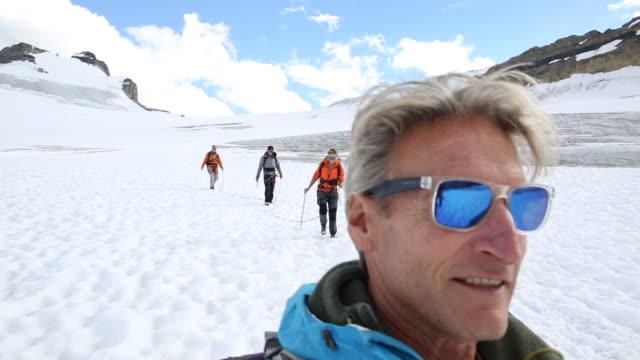 vídeos y material grabado en eventos de stock de pov as mountaineers descend glacier, below snow capped mountains - abrigo de invierno