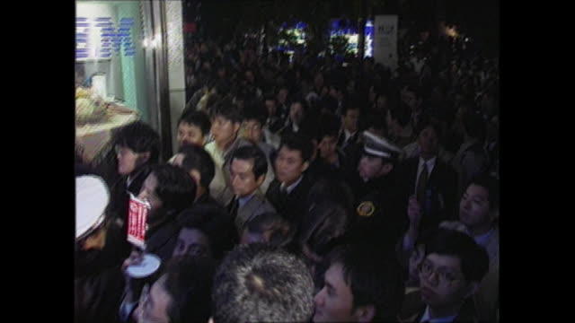 00am of november 23 japan time windows95 operating system was released many people mill around and line up outside the shop then purchased... - 1995 stock-videos und b-roll-filmmaterial