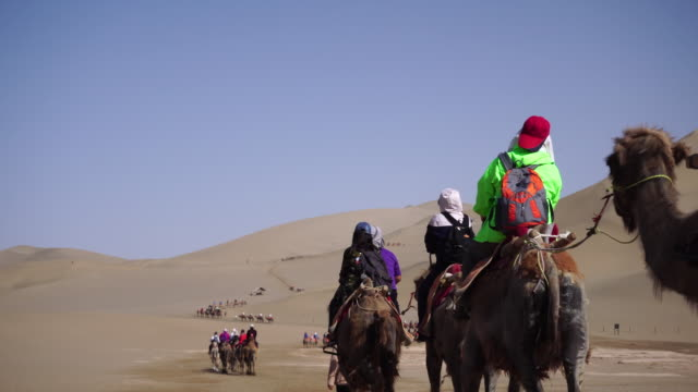 vídeos y material grabado en eventos de stock de as one of famous travel destinations beside mogao caves in dunhuang, not only for the beautiful scenery of desert, the mingsha shan desert is also a... - duna de arena