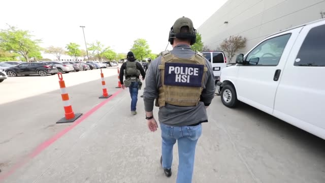 as part of an ongoing criminal investigation special agents with us immigration and customs enforcement's homeland security investigations executed... - strafrechtliche ermittlungen stock-videos und b-roll-filmmaterial