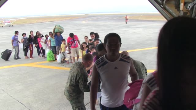 as part of operation damayan us marines and sailors with the 3d marine expeditionary brigade assist the philippine armed forces with transporting... - evakuierung stock-videos und b-roll-filmmaterial