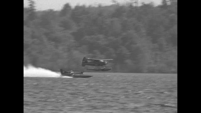 vídeos y material grabado en eventos de stock de as slomoshun iv speeds across lake washington a seaplane follows - hidroplano