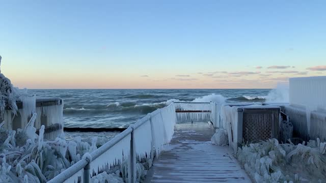 as temperatures dipped along the lake michigan shoreline on https://newswire.storyful.com/storylines/*/stories/227962?search_term=lake%20michigan... - https stock-videos und b-roll-filmmaterial
