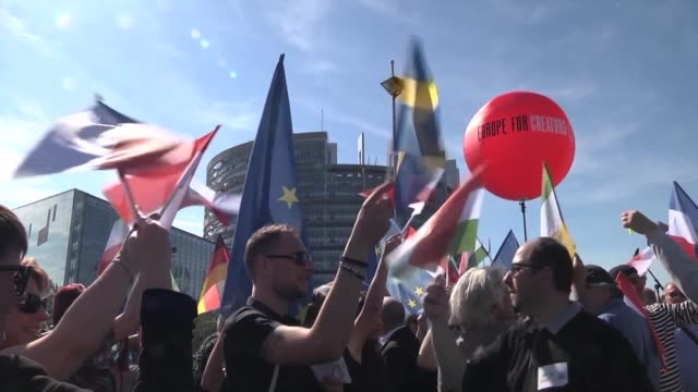 stockvideo's en b-roll-footage met as the european parliament prepares to vote on a contentious copyright law content creators gather outside of their headquarters in strasbourg to... - intellectueel eigendom
