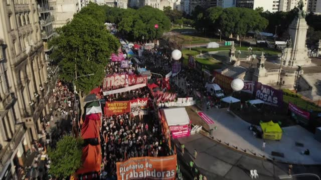 vídeos y material grabado en eventos de stock de as the senate debated to legalize abortion in argentina, thousands of pro-abortion and anti-abortion protesters rallied in buenos aires on december... - argentina
