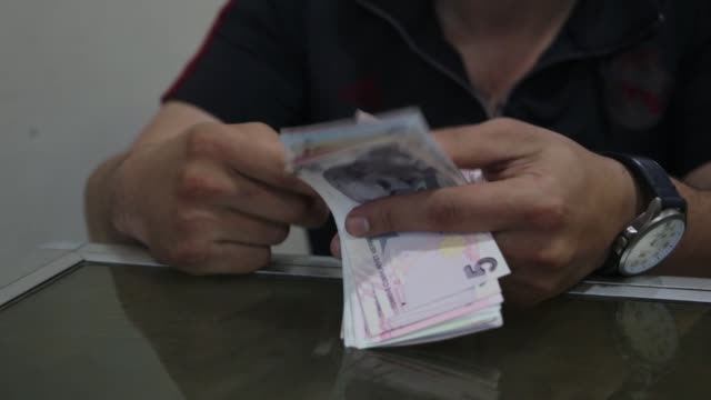 as the value of syria's domestic currency plummets people living in the country's northwest – just across the turkish border – have turned to the... - 制裁点の映像素材/bロール