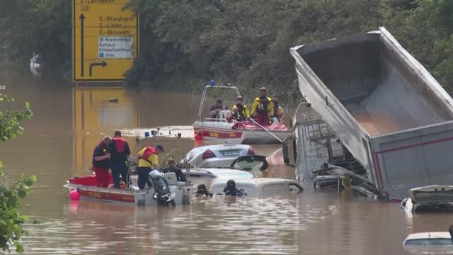 vídeos de stock, filmes e b-roll de as the waters begin to recede, german soldiers, firefighters and police officers begin clean up operations on a highway near erftstadt-blessem - alemanha