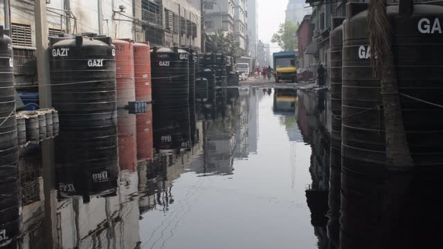 as there is no proper sewerage system for disposal toxic wastewater from the dyeing factories at shampur in dhaka, the roads and resident areas... - 有害廃棄物点の映像素材/bロール