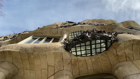 "stockvideo's en b-roll-footage met asa milà (catalan pronunciation: [ˈkazə miˈla], spanish pronunciation: [ˈkasa miˈla]), popularly known as la pedrera (pronounced [ɫə pəˈðɾeɾə]) or ""the stone quarry"", a reference to its unconventional rough-hewn appearance, is a modernist bui - unesco world heritage site"