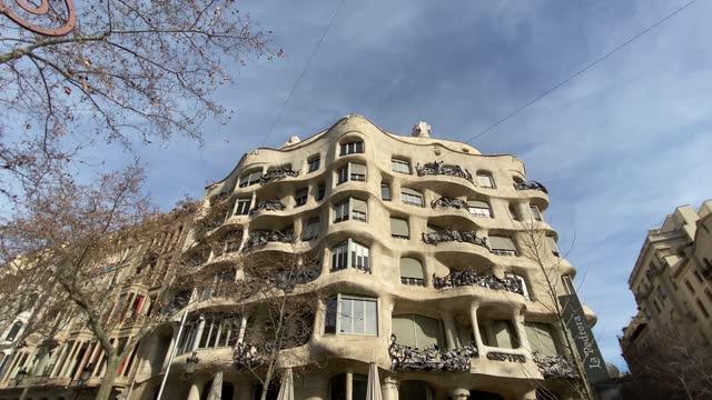 "vídeos de stock e filmes b-roll de asa milà (catalan pronunciation: [ˈkazə miˈla], spanish pronunciation: [ˈkasa miˈla]), popularly known as la pedrera (pronounced [ɫə pəˈðɾeɾə]) or ""the stone quarry"", a reference to its unconventional rough-hewn appearance, is a modernist bui - cultura espanhola"