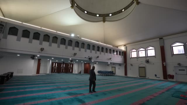asad jaman walks around east london mosque – one of the biggest in europe with a capacity of 7 serving the uk's largest muslim community the holy... - biggest stock videos & royalty-free footage
