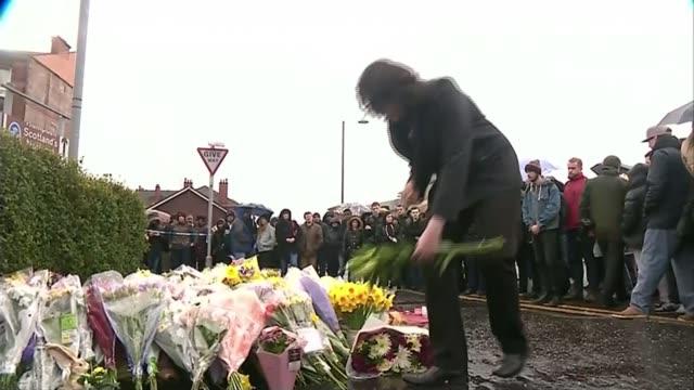 man admits to killing glasgow shopkeeper t29031606 / scotland glasgow man laying flowers at makeshift memorial - 仮設追悼施設点の映像素材/bロール