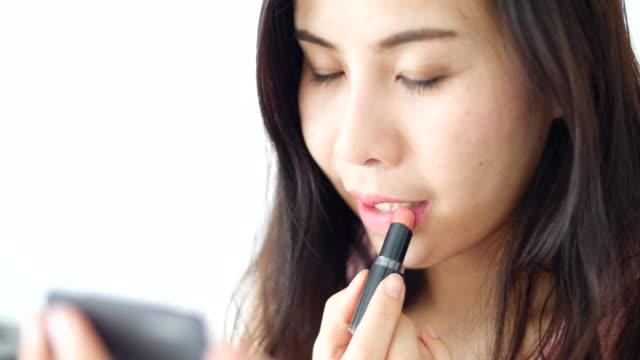vídeos y material grabado en eventos de stock de asainwoman uso de lápiz labial - desire