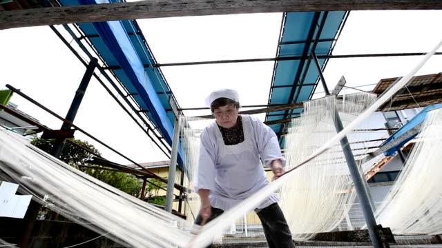 "asaka igata of nankan kumamoto prefecture demonstrates the making of ""somen"" noodles a local delicacy at her familyrun saruwatari seimenjo factory... - etwas herstellen stock-videos und b-roll-filmmaterial"
