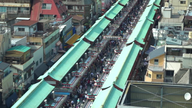 vídeos de stock, filmes e b-roll de mercado de asakusa, rua de nakamise, tokyo - templo asakusa kannon