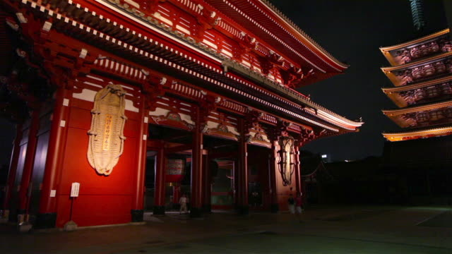 asakusa shrine at night in tokyo, japan - pagode stock-videos und b-roll-filmmaterial