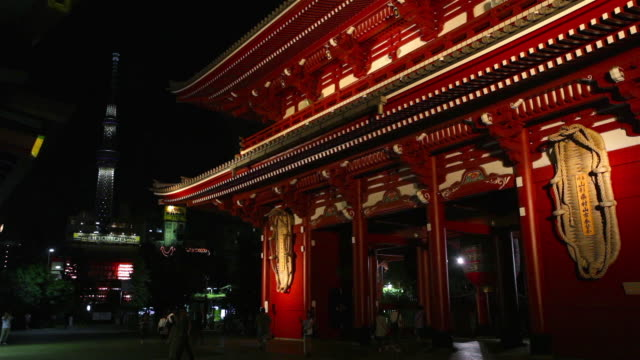 asakusa shrine at night in tokyo, japan - 情報伝達サイン点の映像素材/bロール