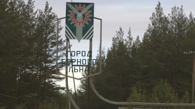 asbest town crest and welcome sign on road, pan - asbest stock-videos und b-roll-filmmaterial