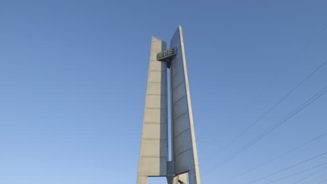 asbest town monument, tilt up - asbest stock-videos und b-roll-filmmaterial
