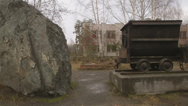 asbestos rock and mine cart monument in town of asbest, russia, pan - asbest stock-videos und b-roll-filmmaterial