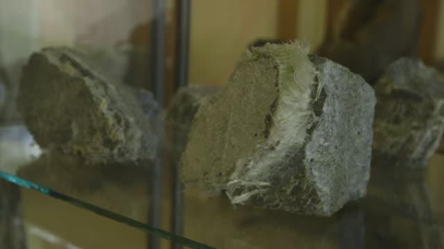 asbestos rocks in glass case, close-up - präsentation hinter glas stock-videos und b-roll-filmmaterial