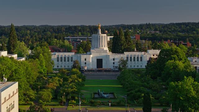vídeos de stock e filmes b-roll de ascending aerial shot of oregon state capitol building - oregon estado dos eua
