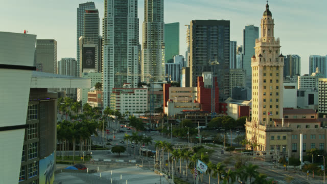 vídeos y material grabado en eventos de stock de ascending drone shot of aa arena and freedom tower on biscayne boulevard, miami - bahía de biscayne